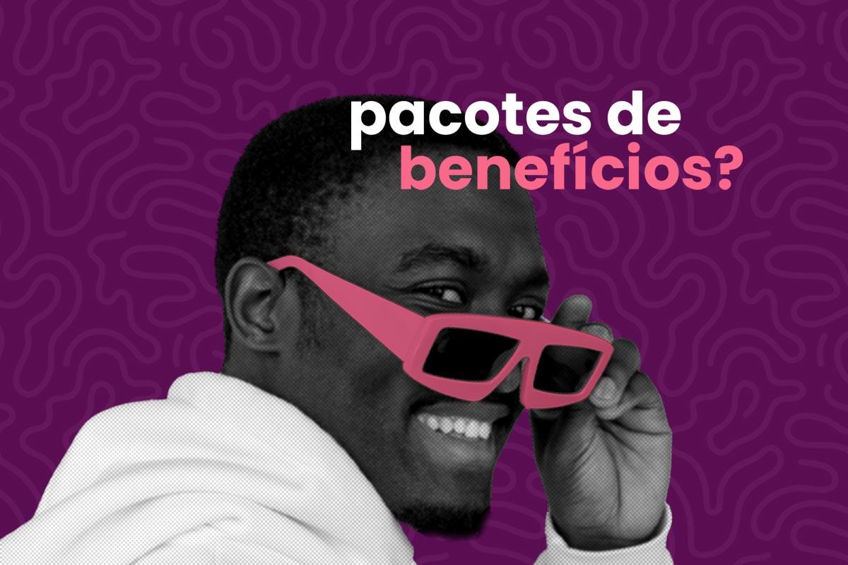 homem sorrindo enquanto segura óculos de sol, na cor rosa, próximo ao rosto