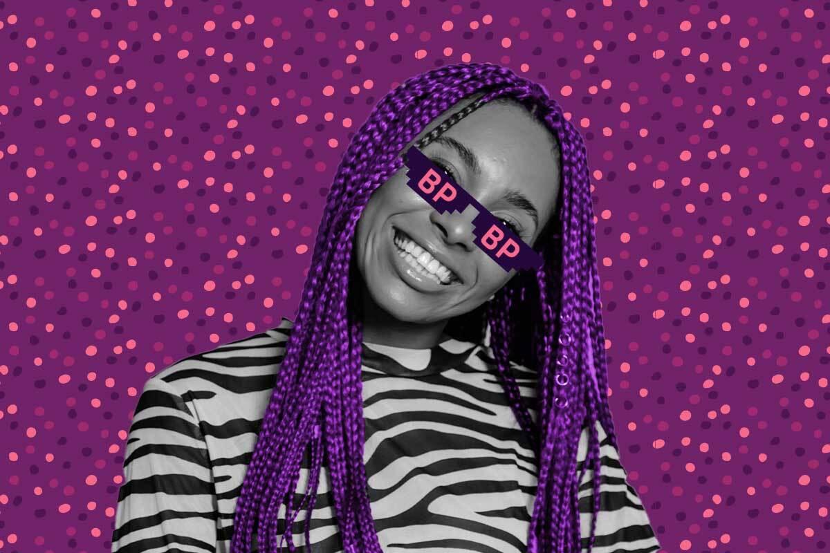 """mulher sorrindo vestindo um óculos escuro cujas lentes estão escritas """"BP"""""""